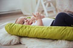 Младенец спит в кровати Здоровый маленький младенец скоро после рождения Стоковые Фото