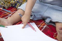 Младенец с карандашем стоковая фотография