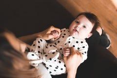 Младенец с матерью стоковые фотографии rf