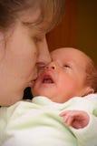 младенец целуя мать Стоковая Фотография RF