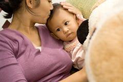 младенец целуя мать стоковые изображения rf