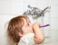 младенец чистит зубы щеткой gir Стоковые Изображения RF