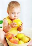 младенец яблока есть немного Стоковые Фото