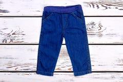Младенец ягнится брюки джинсовой ткани на продаже Стоковая Фотография