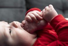 Младенец Llittle играет стоковые фото