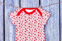 Младенческая смертная казнь через повешение футболки девушки на веревочке Стоковые Изображения