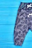 Младенческим брюки младенцев напечатанные хлопком стоковые фотографии rf