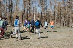 Младшая конкуренция Молодые мальчики бегут через древесины, принимают участие в конкуренция стоковая фотография