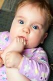 младенец всасывая пальцы ноги Стоковые Изображения