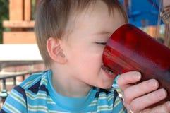 младенец испытывающий жажду Стоковое Изображение