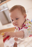 Младенец принимая бутылку воды Стоковое фото RF