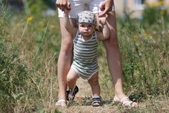 младенец учя погулять Стоковая Фотография