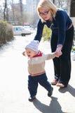 младенец учя погулять Стоковая Фотография RF