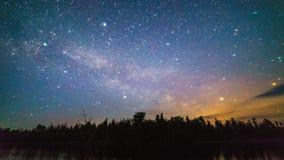 Млечный путь и звезды над деревьями на ноче стоковая фотография rf