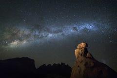 Млечный путь над горной породой стоковое фото rf