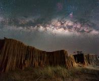 Млечный путь над каньоном на горных породах Lalu паркует, Sakaeo, Стоковые Изображения