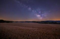 Млечный путь над полями хлопьев в Onraita стоковые фотографии rf