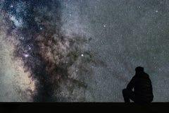 Млечный путь Ночное небо с звездами и смотреть человека силуэта одним Стоковая Фотография