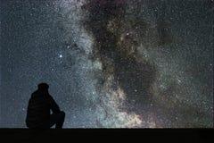 Млечный путь Ночное небо с звездами и смотреть человека силуэта одним Стоковое Изображение