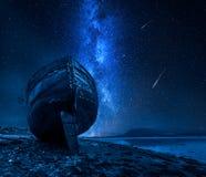 Млечный путь, падающие звезды и покинутое кораблекрушение, Fort William, Шотландия стоковая фотография rf