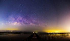 Млечный путь панорамы на мосте стоковые изображения rf