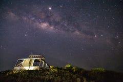 Млечный путь со зданием и травой стоковое фото