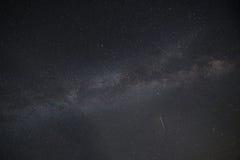 Млечный путь с падающей звездой стоковые фото