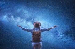 Млечный путь Турист на предпосылке вселенной Путешественники с рюкзаком на предпосылке ночного неба стоковые фотографии rf