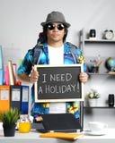 Мне нужна концепция праздника Стильный молодой человек нося большое Backpac стоковая фотография rf