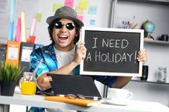 Мне нужна концепция праздника Excited стильный молодой человек держа Empt стоковое изображение