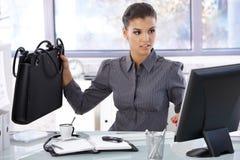 Многодельная женщина работая в ярком офисе стоковая фотография
