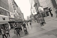 многодельная улица покупкы людей пропуска стоковое фото rf