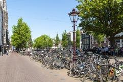 Многодельное место для стоянки велосипеда в центре города Стоковое Изображение RF