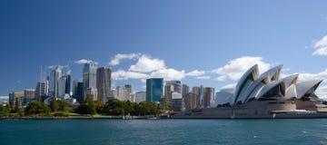 Многоквартирные дома и оперный театр горизонта города Сиднея Австралии Стоковое Фото