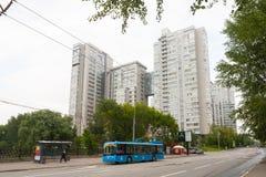 многоквартирные дома Мульти-рассказа и вагонетка в Москве 13 07 2017 Стоковое Изображение