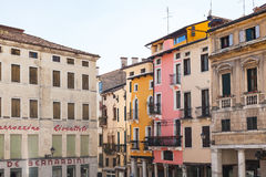 Многоквартирные дома на palazzo на Signori dei аркады Стоковая Фотография