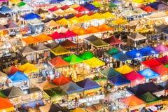 Многократная цепь красит рынок ночи города Стоковое фото RF