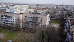Многократные цепи многоэтажных зданий в городской местности Взгляд от высоты акции видеоматериалы