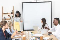 многокультурная группа в составе бизнесмены обсуждая работу Стоковые Изображения RF