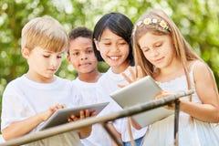 Многокультурная группа в составе дети в классе компьютера стоковые фотографии rf