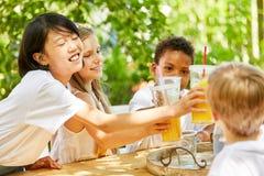 Многокультурная группа в составе дети празднует партию стоковые изображения