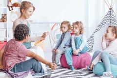Многокультурная группа в составе дети стоковые изображения rf