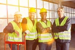 Многокультурная группа в составе работники склада в индустрии стоковая фотография rf