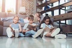 многокультурная группа в составе сконцентрированные книги чтения детей Стоковые Фото