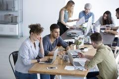 Многокультурная команда работая совместно Стоковые Изображения