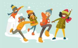 Многокультурная семья играя бой снежного кома Стоковые Фотографии RF