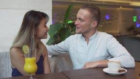 Многокультурные пары говоря друг к другу Кавказский человек, азиатская женщина на дате акции видеоматериалы