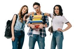 многокультурные студенты со стогом книг для изучать стоковые изображения