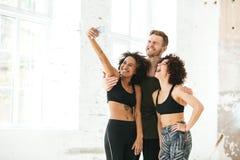 Многокультурная группа в составе друзья в sportswear стоковые фотографии rf