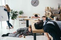 многонациональная группа в составе вымотанный спать предпринимателей стоковые фотографии rf